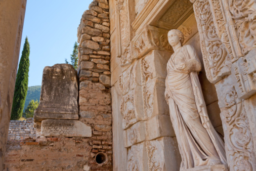 Estátua na Livraria de Celsus